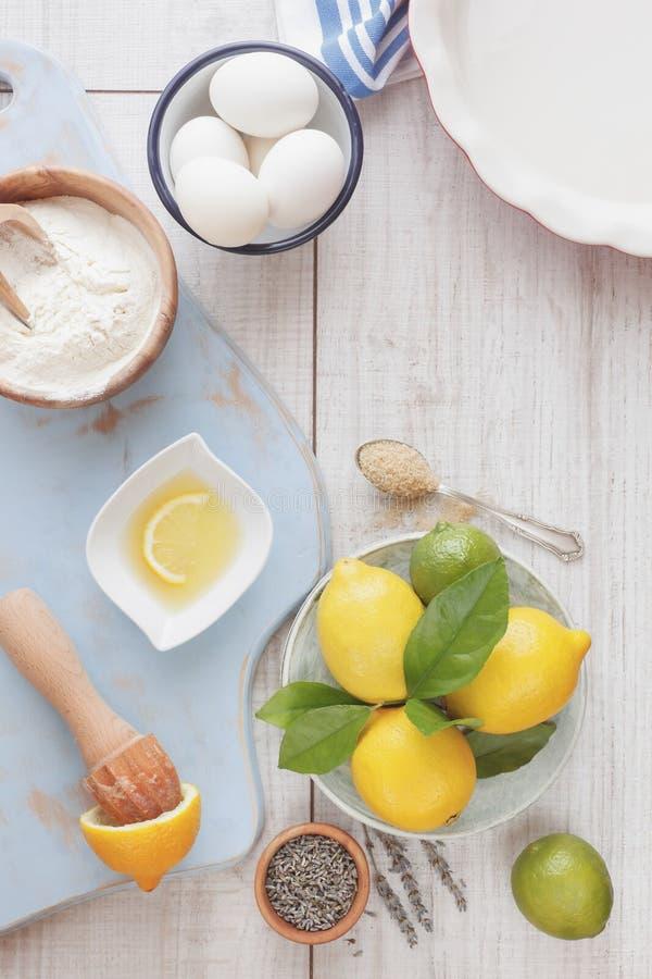 Торт лаванды лимона стоковые изображения rf