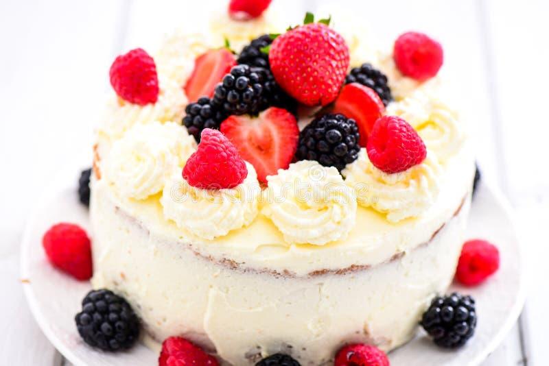 Торт ангела ягоды лета стоковое изображение rf