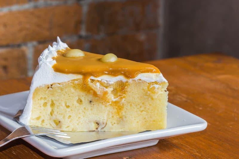 Торт банана на белом блюде стоковые фотографии rf