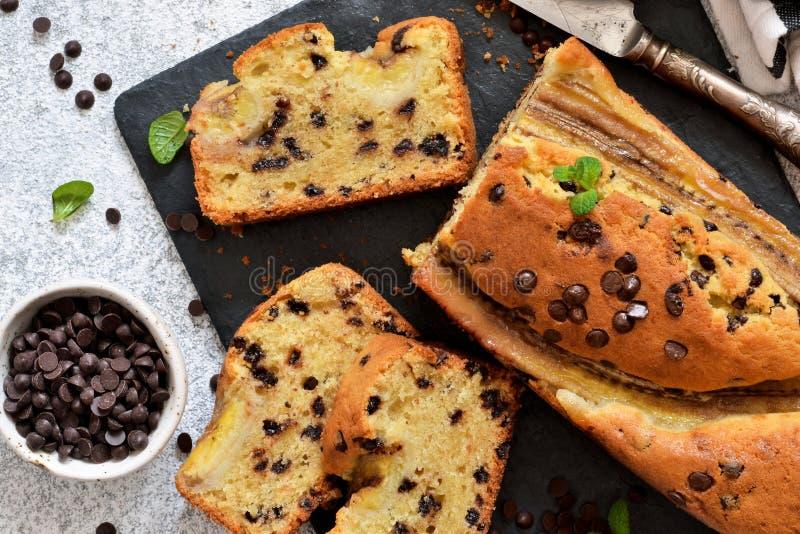 Торт банана с падениями шоколада на кухонном столе Классический десерт стоковые фото