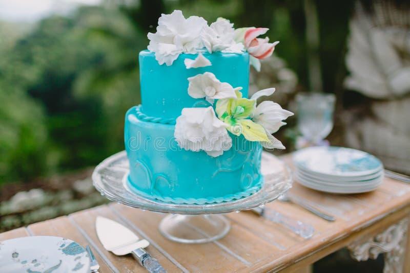 Торт бирюзы свадьбы с цветками сахара Ресторанное обслуживаниа свадьбы стоковое фото