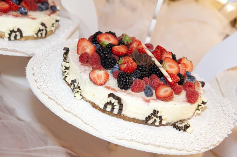 Download Торт венчания стоковое фото. изображение насчитывающей плодоовощи - 26961012