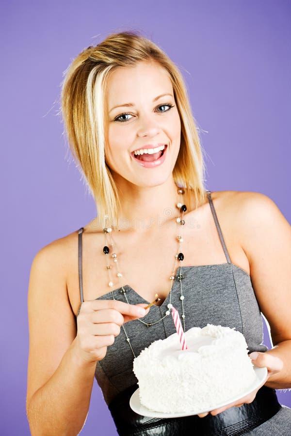 Торт: Возбужденный именниный пирог удерживания женщины стоковая фотография rf