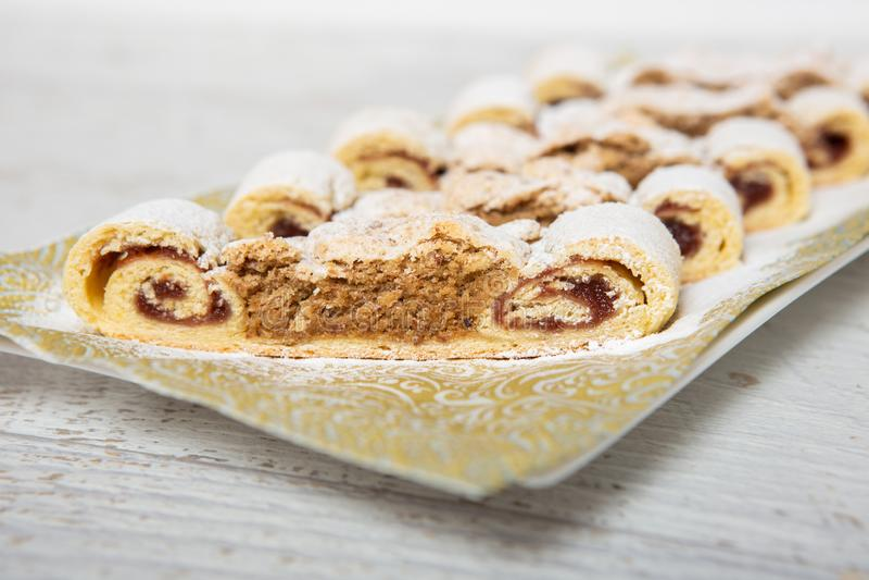 Торт грецкого ореха на плите стоковая фотография rf