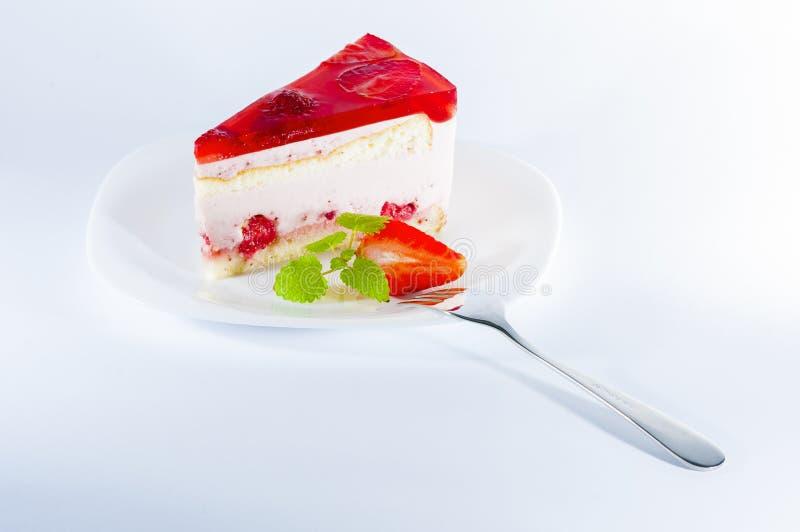 Торт губки с клубниками и ванильной сливк стоковое фото