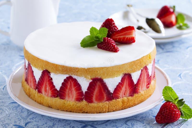 Торт губки с клубниками стоковое изображение rf