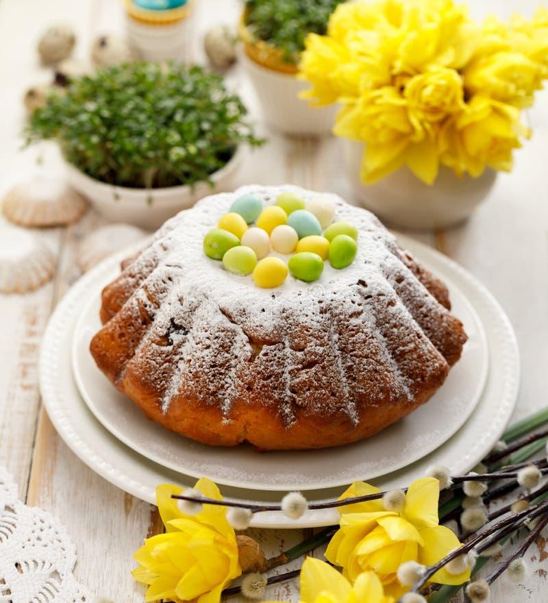 Торт дрожжей пасхи взбрызнутый с напудренным сахаром, украшенным с яйцами марципана стоковые фотографии rf
