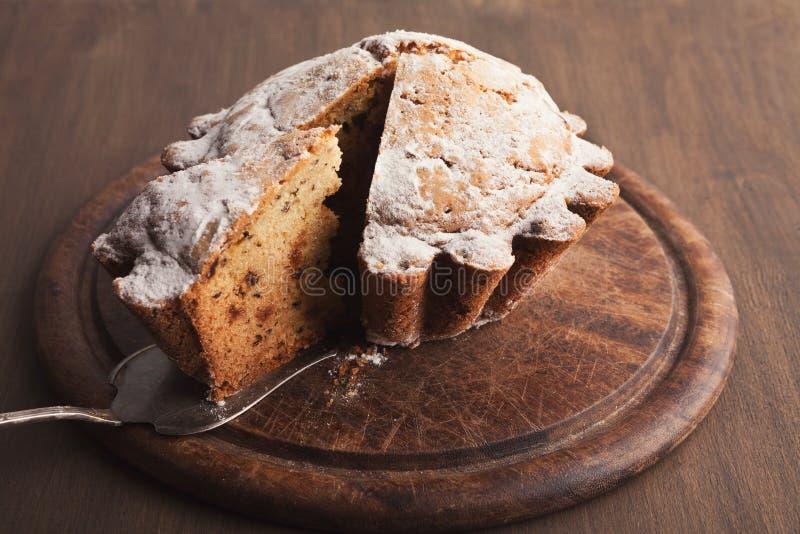 Торт дрожжей пасхи взбрызнутый с напудренным сахаром стоковые фотографии rf