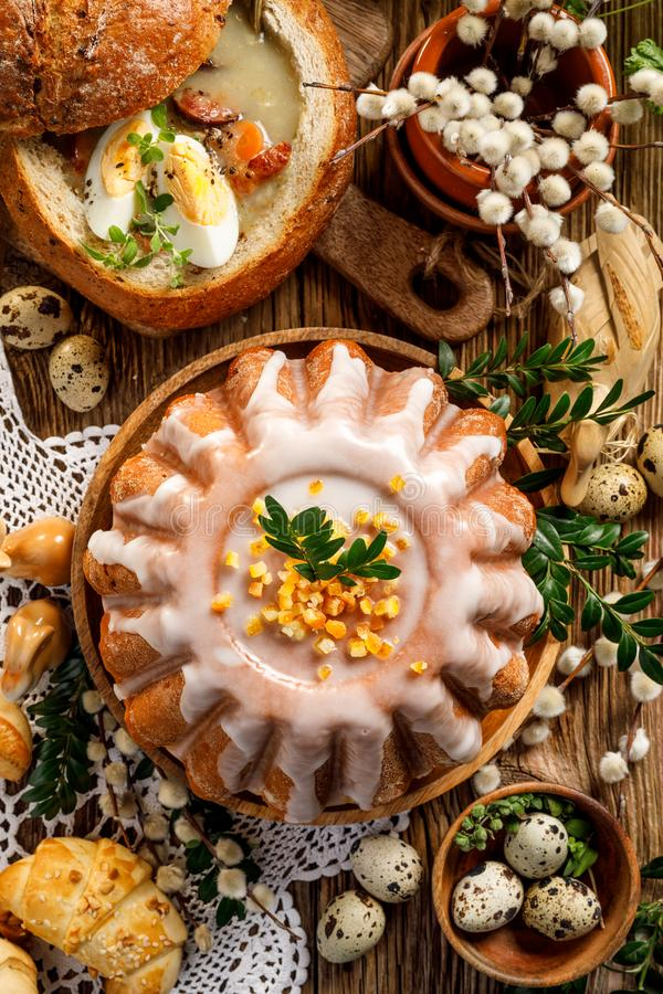 Торт дрожжей пасхи с замороженностью и candied апельсиновой коркой, взглядом сверху стоковые изображения