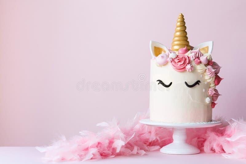 Торт единорога на cakestand стоковая фотография rf