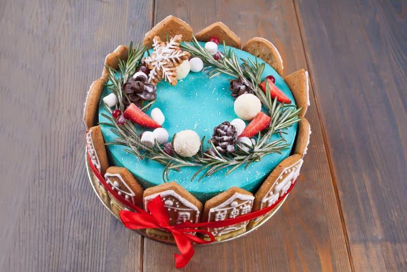 Торт зимы рождества с ручной работы украшая печеньями формы дома стоковые фотографии rf