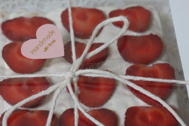 Торт из печенья, соки и клубники в коробке с прозрачной крышкой Украшенные клубничными срезами Поле связано стоковые изображения
