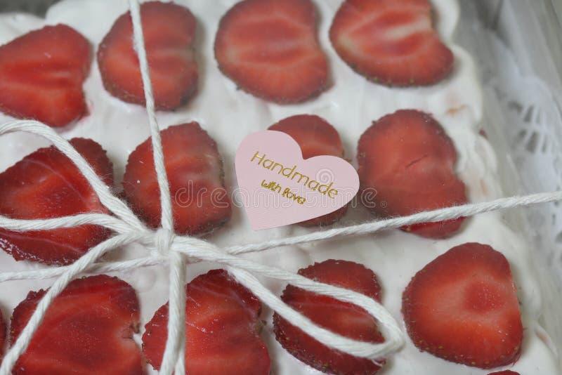 Торт из печенья, соки и клубники в коробке с прозрачной крышкой Украшенные клубничными срезами Поле связано стоковая фотография