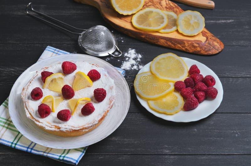 Торт лимона с полениками стоковые фотографии rf