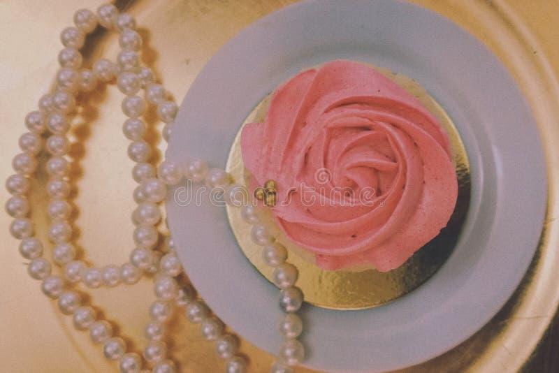 Торт и жемчуга стоковые фото
