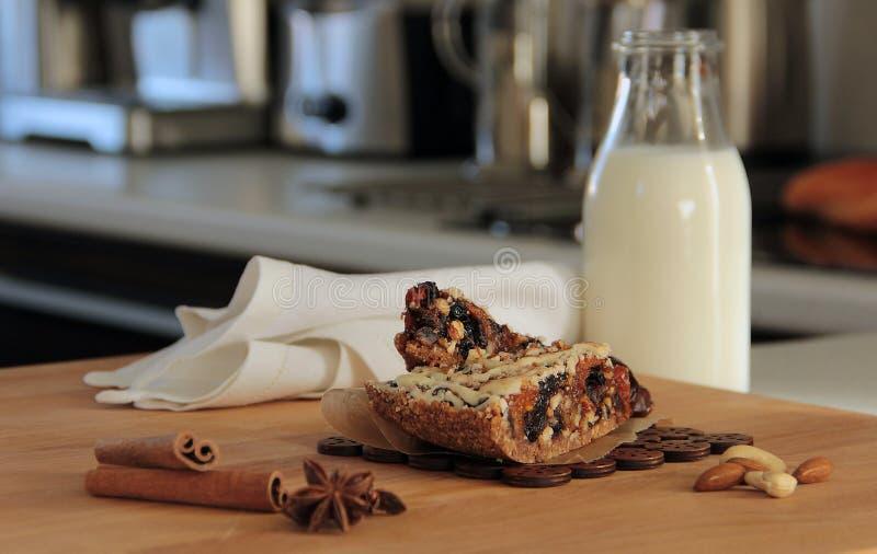Торт и молоко гайки и циннамона даты стоковые изображения