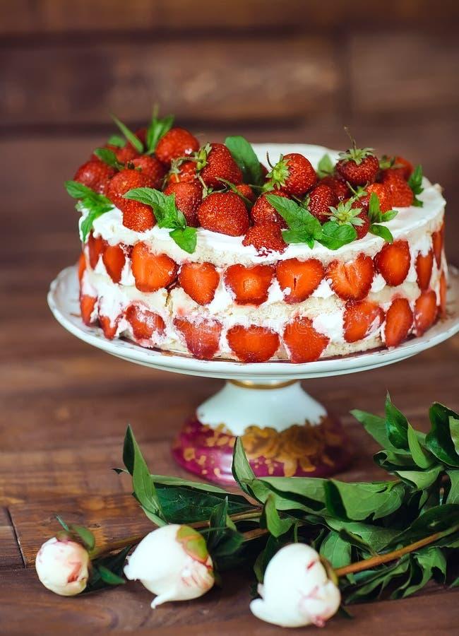 Торт клубники как сладкие обслуживание и десерт на деревянной предпосылке стоковые изображения rf