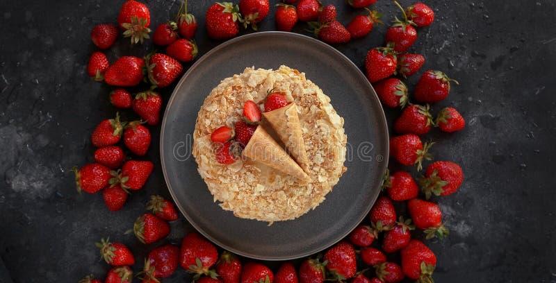 Торт клубники, Наполеон, мильфей, Cream торт куска на темной предпосылке, Handmade десерте, кондитерскае, Topview, Flatlay стоковые фото