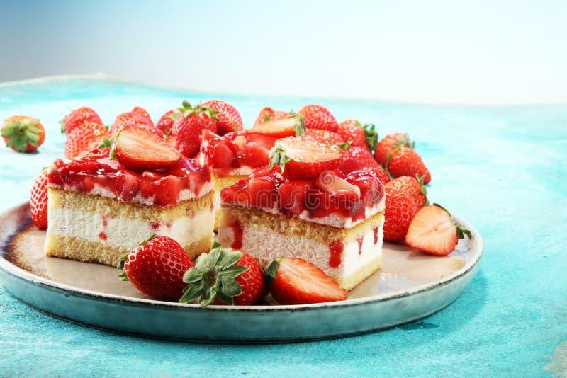 Торт клубники с свежими клубниками и взбитой сливк стоковая фотография