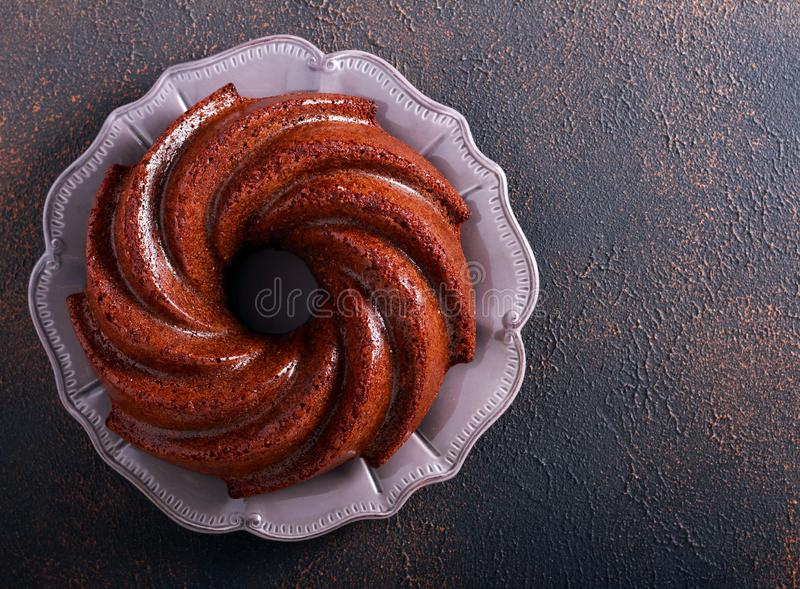 Торт кольца Mocha и рома на плите стоковые изображения