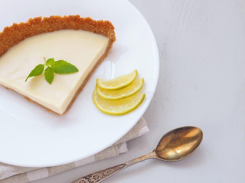 Торт кофе украшенный с кусками известки и свежей мятой Домодельный пудинг лимона Селективный фокус стоковые изображения rf