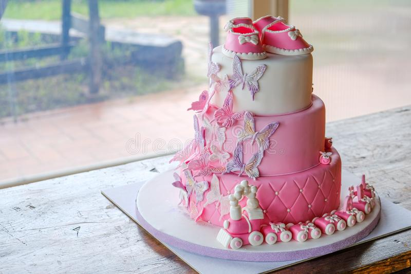 Торт кулака для маленького дня рождения ребенка для праздновать крещение - розовый дизайн наслоенного торта sugarpaste отсутствие стоковое изображение