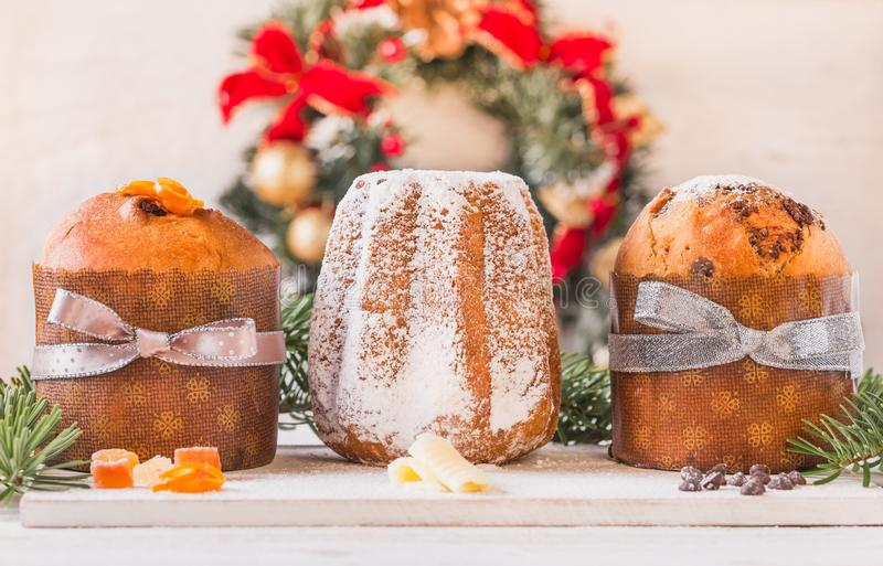 Торт кулича и рождества pandoro традиционный итальянский стоковое фото