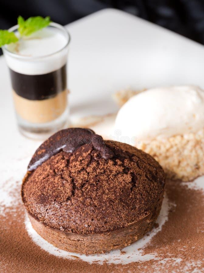 Торт лавы шоколада или жидкий шоколад с мороженым плодоовощ и ванили стоковое изображение
