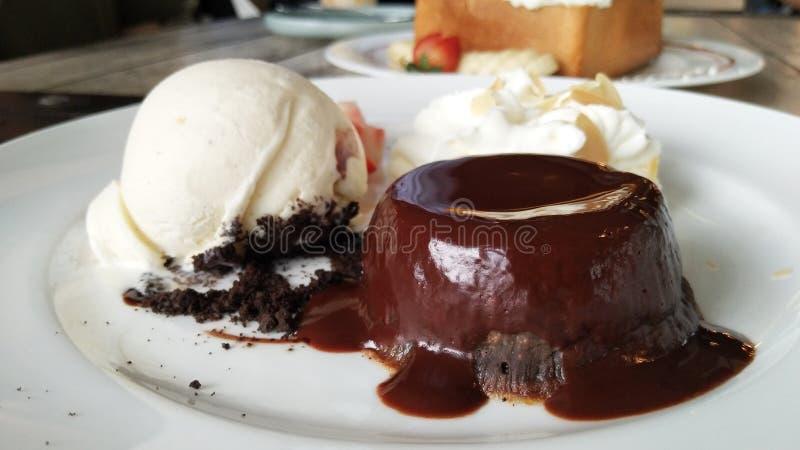 торт лавы шоколада, который служат с мороженым и wipped сливк стоковая фотография rf