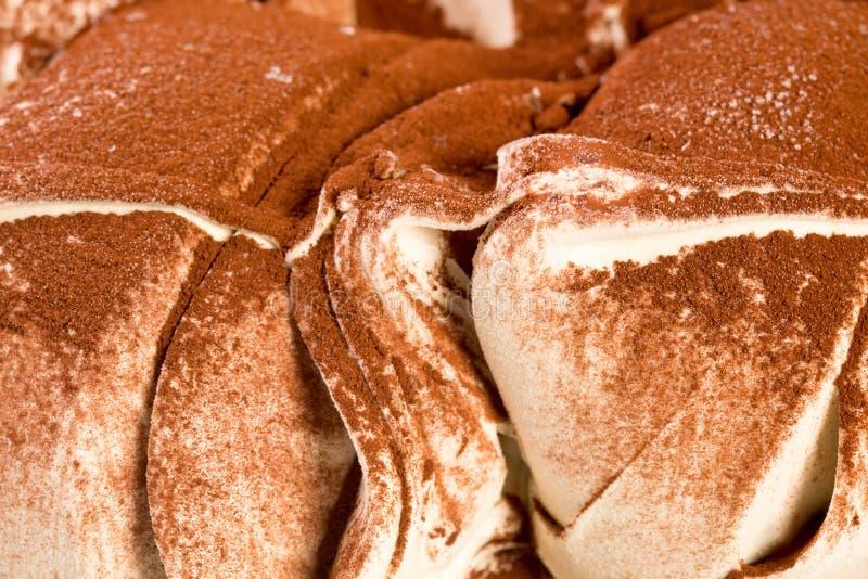 Торт лавы шоколада с мороженым на таблице стоковые фотографии rf