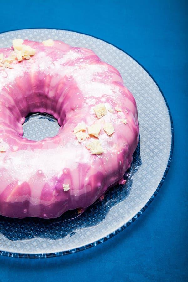 Торт лета с поливой сахара розовой на стеклянной пластинке background card congratulation invitation стоковая фотография rf