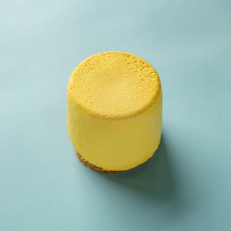 Торт лимона взгляда сверху желтый на голубой предпосылке Кольцо сладкого лимона Свободный сахар E стоковая фотография rf