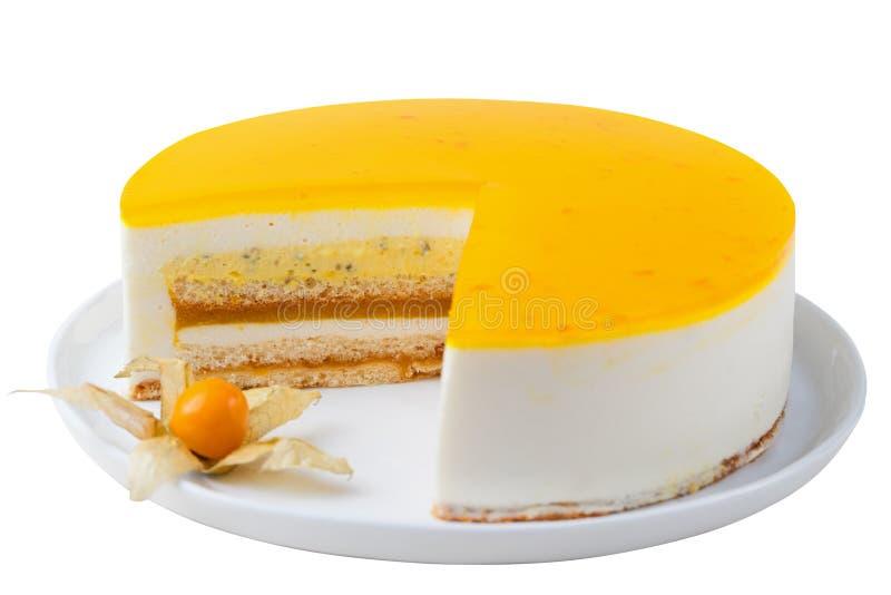 Торт маракуйи, белизна мусса изолированная десертом стоковое фото