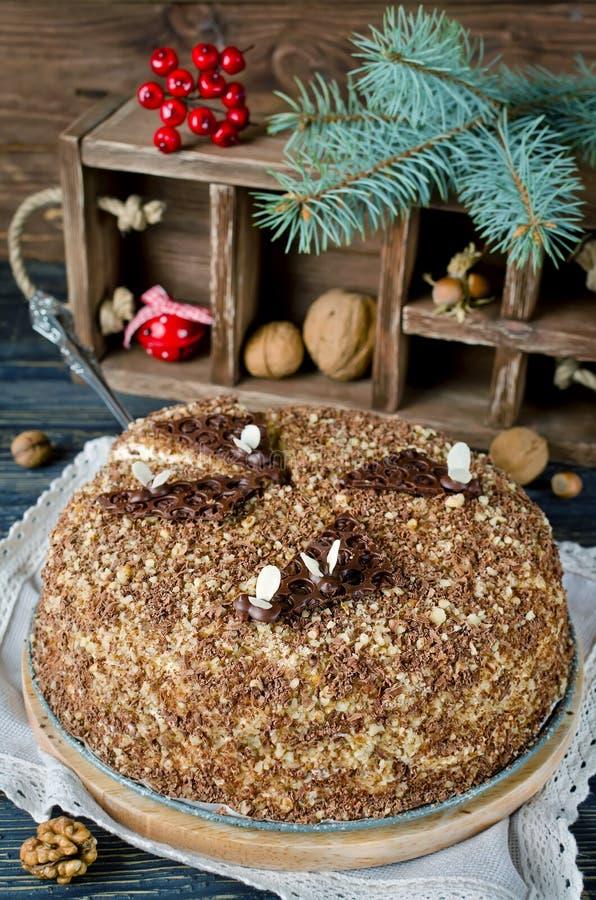 Торт меда с грецкими орехами и заскрежетанным шоколадом стоковое фото