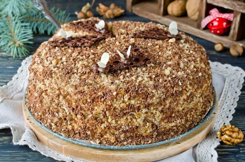 Торт меда с грецкими орехами и заскрежетанным шоколадом стоковые изображения rf