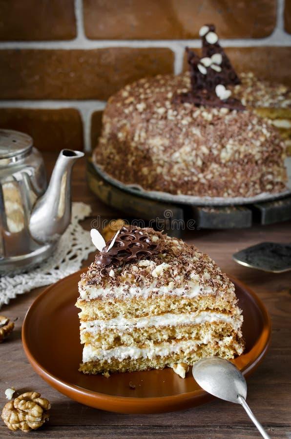 Торт меда с грецкими орехами и заскрежетанным шоколадом стоковые фото