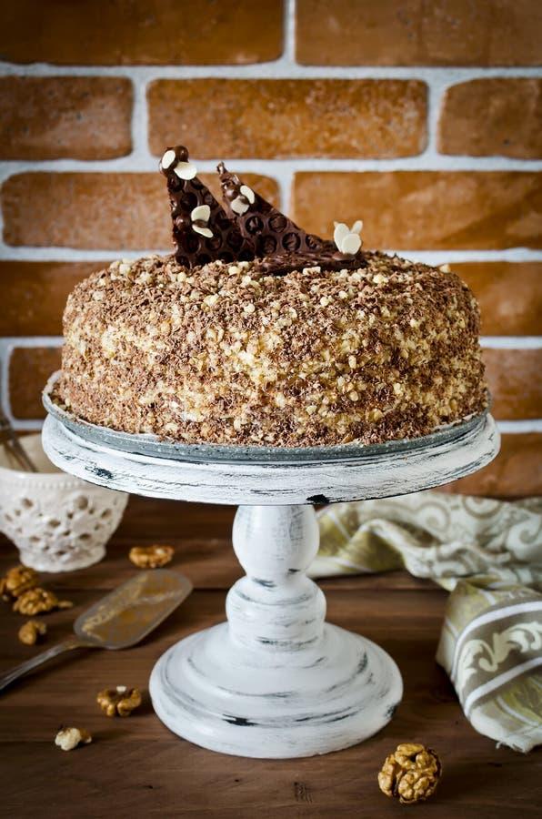 Торт меда с грецкими орехами и заскрежетанным шоколадом стоковое фото rf