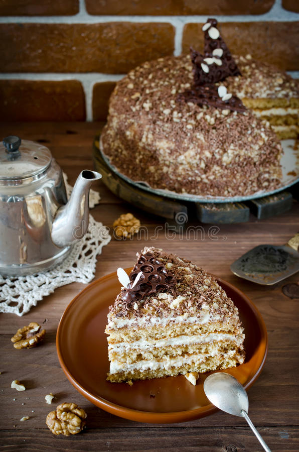 Торт меда с грецкими орехами и заскрежетанным шоколадом стоковое изображение