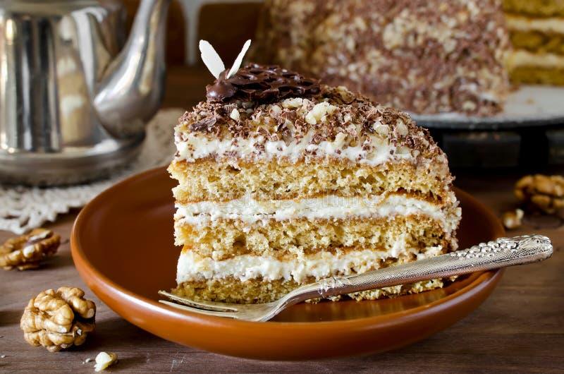 Торт меда с грецкими орехами и заскрежетанным шоколадом стоковое изображение rf