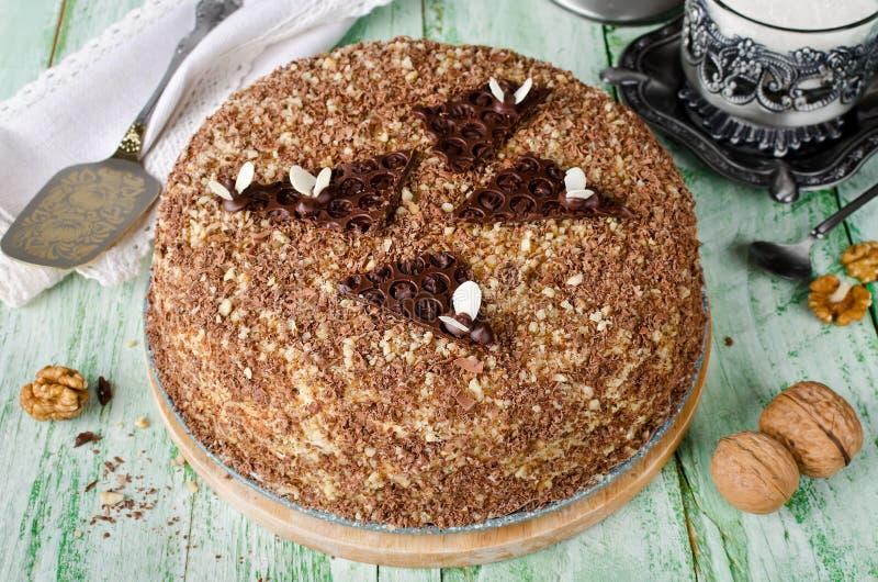 Торт меда с грецкими орехами и заскрежетанным шоколадом стоковая фотография