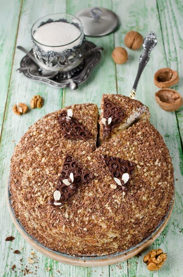 Торт меда с грецкими орехами и заскрежетанным шоколадом стоковая фотография rf