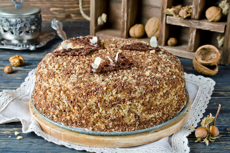 Торт меда с грецкими орехами и заскрежетанным шоколадом стоковые фотографии rf