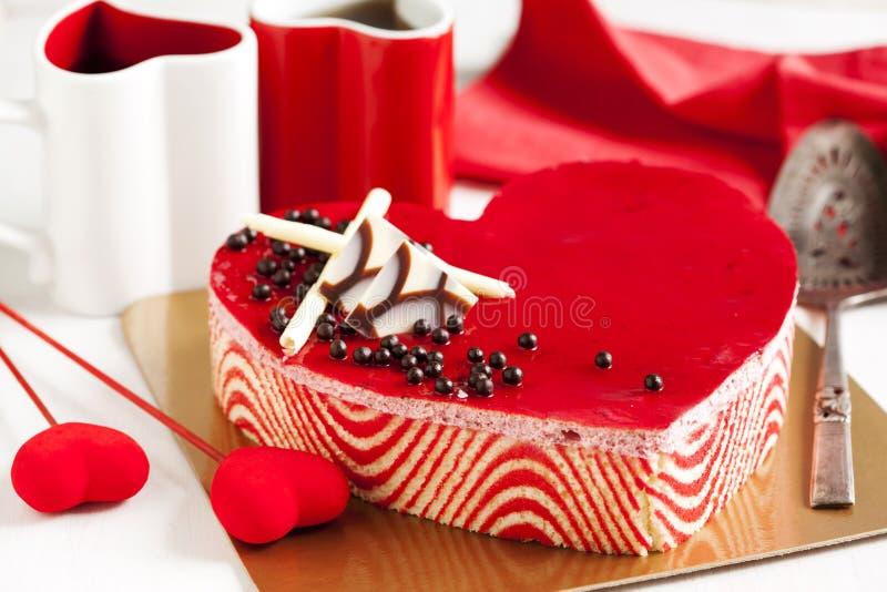 Торт мусса клубники в форме сердца стоковые фото