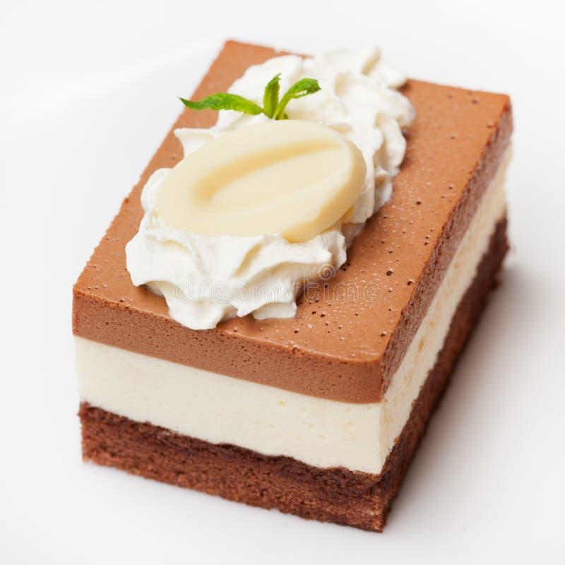 Торт мусса шоколада 3 на белой плите стоковое изображение rf
