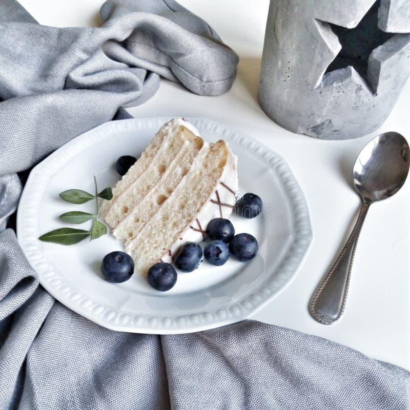 Торт на белой голубике таблицы стоковое фото rf