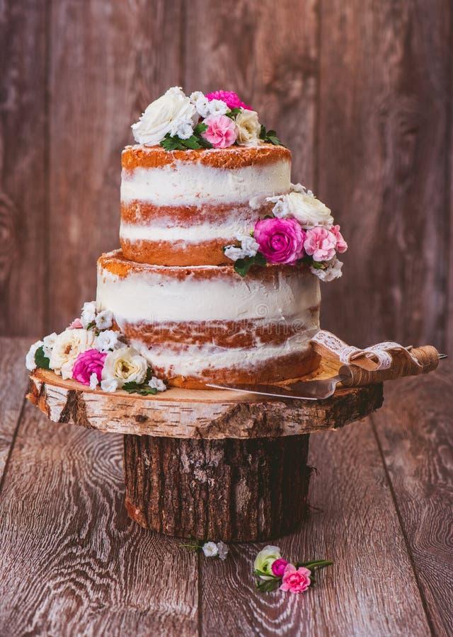 Торт на деревянной стойке отрезка стоковая фотография