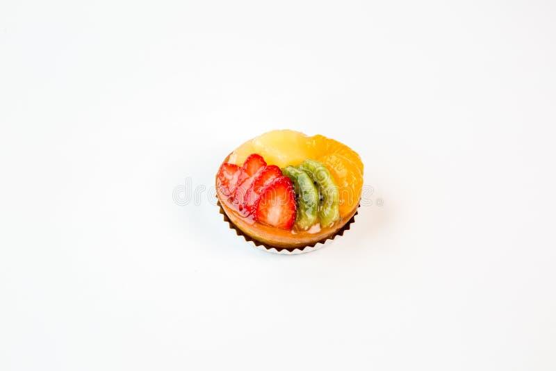 Торт небольшого плода на белой предпосылке стоковые фотографии rf