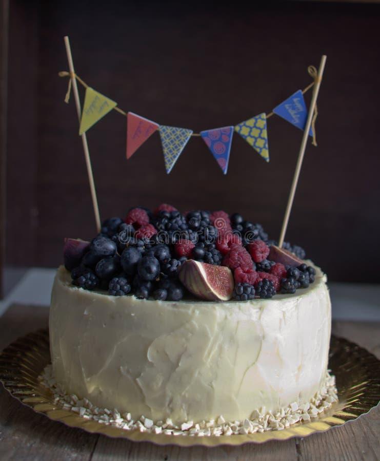 Торт дня рождения деревенский стоковое изображение rf
