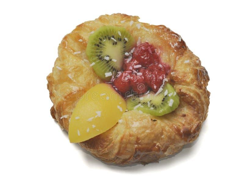 Торт от печенья слойки со свежими фруктами киви, поленика, персик на белой предпосылке стоковое изображение rf