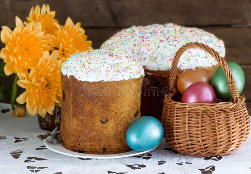 Торт пасхи и пасхальные яйца в корзине стоковое изображение
